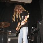 Jeppe Persson spelar Fender Jazzbas. Med lönnhals. Rysligt lättspelad.