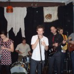 Siri på klarinett spelar åxå i Band in Box känner ni väl igen. Hon körde solo som support till Billie the Vision 30/9-07. Obs, backdropen. En vitpäls. Lite grå och sliten dock; precis som en isbjörn ska vara.